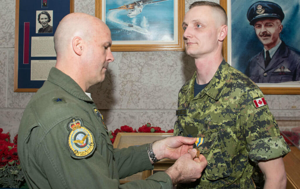 BGen Chad Manske (left) of the United States Air Force presents the USAF Commendation Medal to MCpl Jesse Sorensen on Feb. 13, 2017, at 1 Canadian Air Division Headquarters in Winnipeg, Man. Cpl Justin Ancelin Photo