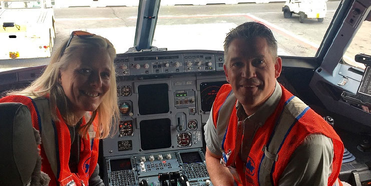 Minister Catherine McKenna visits with Air Canada AME Russ Fitzpatrick aboard an Airbus A320 aircraft. CCAA Photo