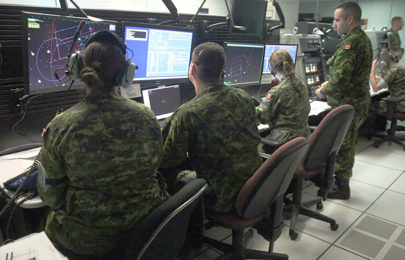 Royal Canadian Air Force air battle managers with 42 Radar Squadron, 4 Wing Cold Lake, Alta., and United States Marine Corps tactical air defence controllers with Marine Air Control Squadron 2, work together on May 31, 2017, to prepare for the launch of the morning wave of Exercise Maple Flag 50 at 4 Wing. 2nd Lt Stephanie Leguizamon Photo