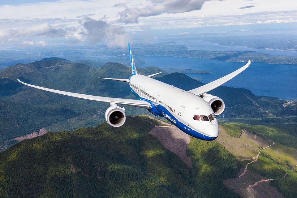 A Boeing 787 Dreamliner, in flight.