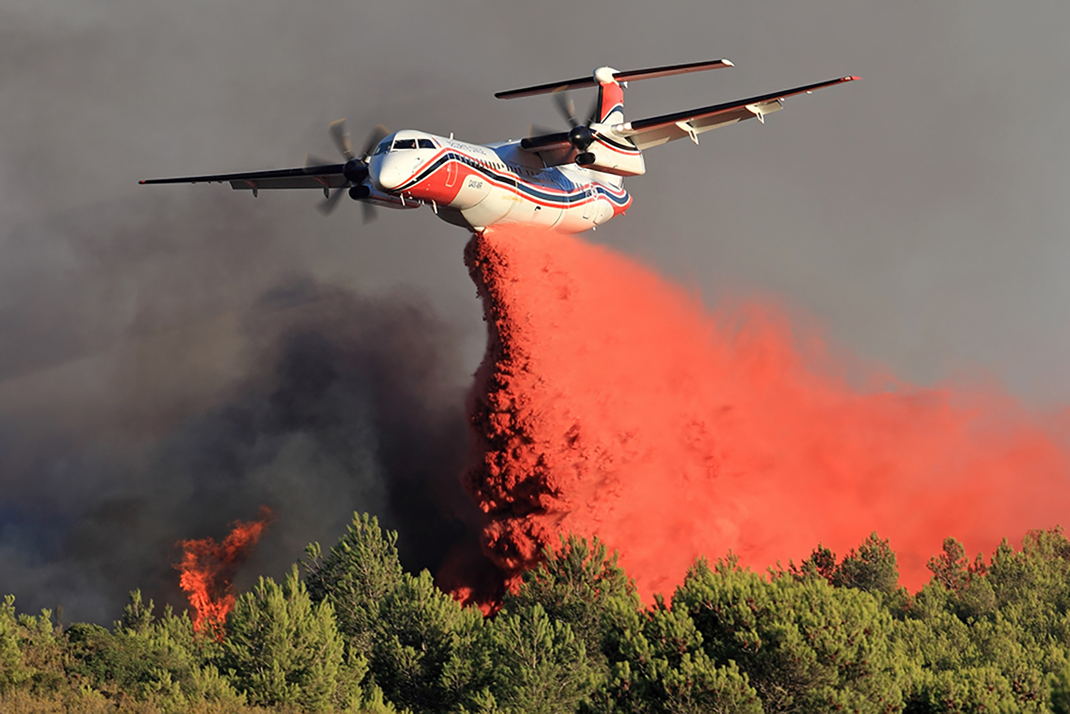 Conair Q400MR aircraft drops flame retardant on forest