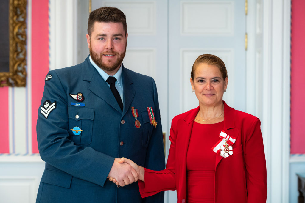 Governor General and Commander-in-Chief of Canada Julie Payette presents MCpl Joeseph Kyle Olaski with the Sovereign's Medal for Volunteers on Nov. 12, 2019. MCpl Mathieu Gaudreault Photo